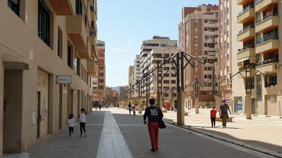 Padres paseando con sus hijos, el domingo, en Murcia. ORM