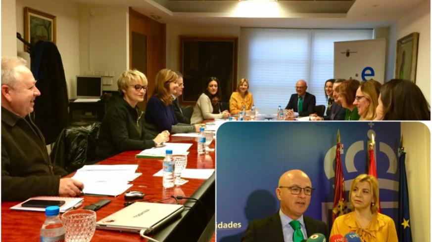 La reunión con los agentes sociales y, en primer plano, los titulares de Empresa y Familia. ASR.