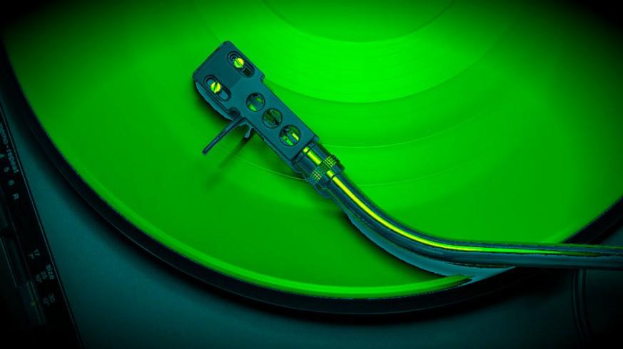 Disco de vinilo y brazo de tocadiscos